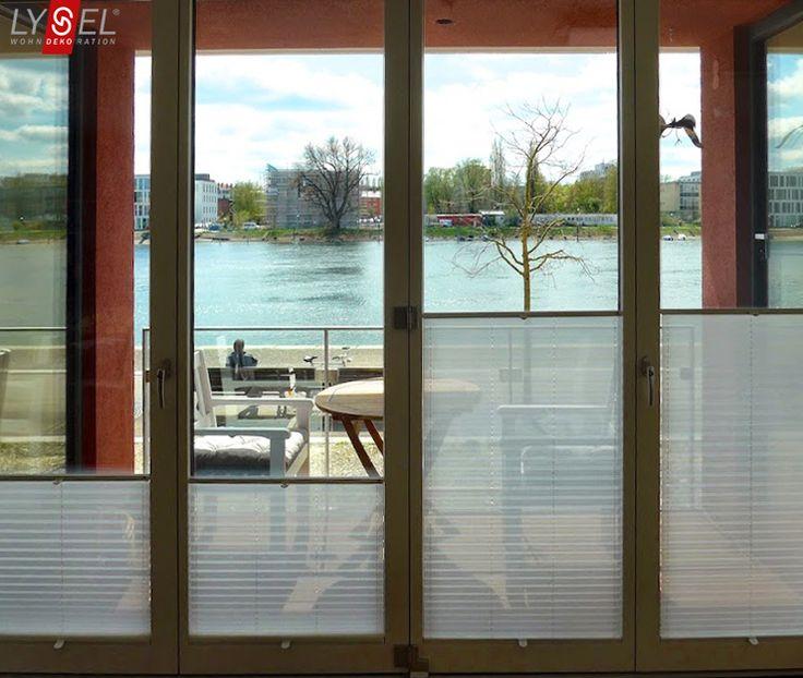 Sichtschutz Plissees von LYSEL® an den Wohnzimmer Fenstern /  pleated blinds by LYSEL® on the windows of the living room  #blickinsfreie #fenster #weiss