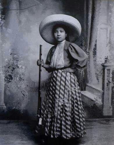 """AQUI, LA AUTENTICA ADELITA    Adela Velarde Pérez.   ENFERMERA oriunda de Ciudad Juárez, fue la persona que inspiró el corrido popular """"Adelita"""".  Fue nieta de Rafael Velarde, amigo de Benito Juárez, quien dio alojamiento al Benemérito de las Américas en su exilio en Paso del Norte.  En 1914, """"Adelita"""" atendió al soldado herido Antonio del Río Armenta, quien le compuso el famoso corrido."""