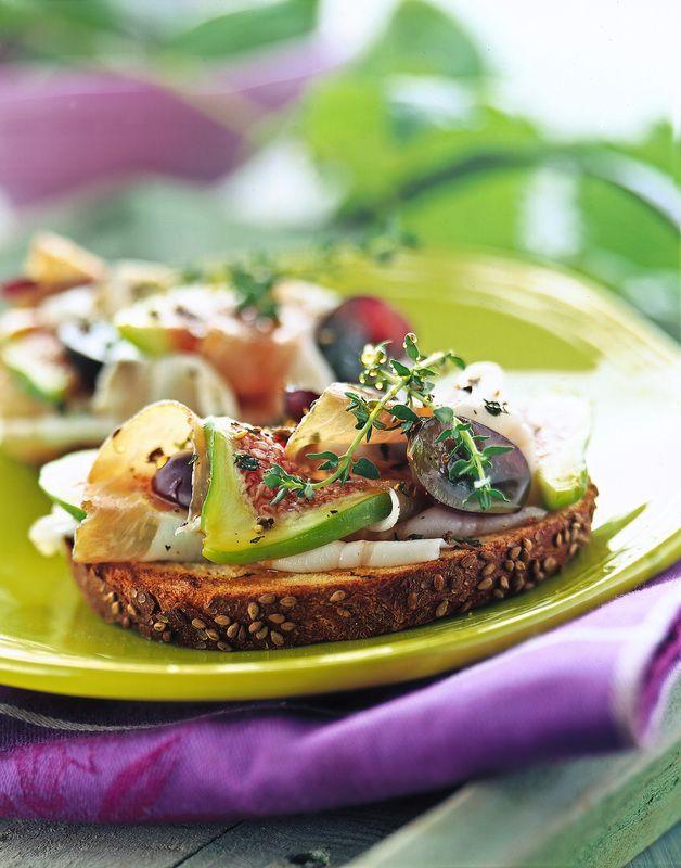Bruschetta lardo, marmellata di fichi e uva - Mise en place verde e viola - Cantine Terranera - Grottolella (AV)