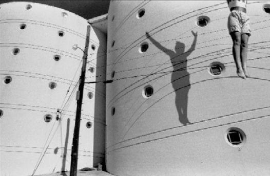 """""""El equilibrista"""" - 1990/1993 - Kansas, Estados Unidos - Negativo b/n, 35mm  - Imagen modificada digitalmente - Derechos reservados de todo el Web Site © Copyright 2008 Pedro Meyer"""