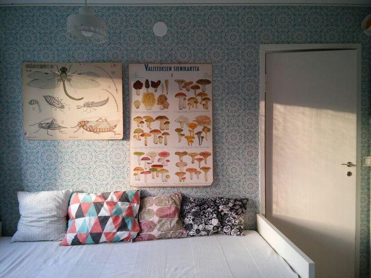 Bedroom. Wallpaper: http://www.vintagewallpapers.be/