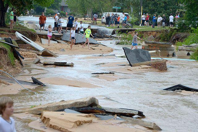 An der Grenze von Florida und Alabama gehen regional über 500 Liter Regen in nur 24 Stunden nieder, so viel wie in Sachsen-Anhalt im ganzen Jahr. In Florida wird Katastrophenalarm ausgerufen. Bildquelle: dpa #Unwetter Südost #USA April 2014