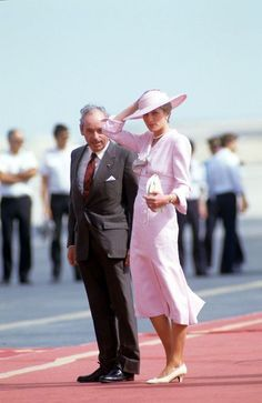 14 November 1986: Prince Charles & Princess Diana arrive in Doha, Qatar. Diana wore a Victor Edelstein fitted pastel-pink dress w/ deep neckline punctuated by a striped silk bow. It was worn later in Jan 1988 in Melbourne.
