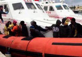 4-Jun-2015 9:05 - ARRESTATIEGOLF IN ITALIË VOOR FRAUDE MET VLUCHTELINGENGELD. In Italië zijn 44 mensen aangehouden tijdens een grote politieoperatie tegen de georganiseerde misdaad. De verdachten zouden misbruik hebben gemaakt van fondsen die bestemd zijn voor de opvang van immigranten. Het is voor de tweede keer in een half jaar tijd dat Italiaanse justitie een reeks arrestaties uitvoert tegen verdachten die zich verrijken aan de vluchtelingenstroom. De arrestaties waren in de...
