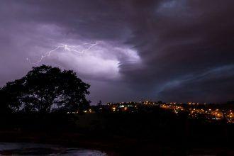 Tempo continua instável com chuvas na região -     Neste domingo, dia 22, áreas de instabilidade ainda persistem sobre o estado de São Paulo, causando muita nebulosidade, com ocorrências de pancadas de chuva e trovoadas isoladas, principalmente a partir da tarde. Contudo, períodos de melhoria devem ocorrer ao longo do dia. As tem - http://acontecebotucatu.com.br/geral/tempo-continua-instavel-com-chuvas-na-regiao/