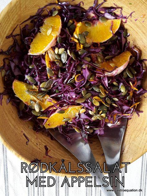 Frisk og nem salat med rødkål, appelsin, græskarkerner og persille. Hæld vinaigretten over og du har en mættende salat til både tilbehør eller frokost.