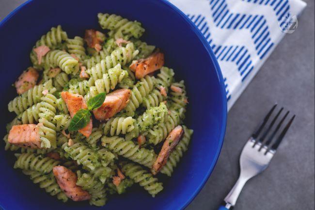 I fusilli al pesto di zucchine con salmone sono un primo piatto delicato ma saporito, con un cremoso pesto di zucchine e fresco salmone norvegese.