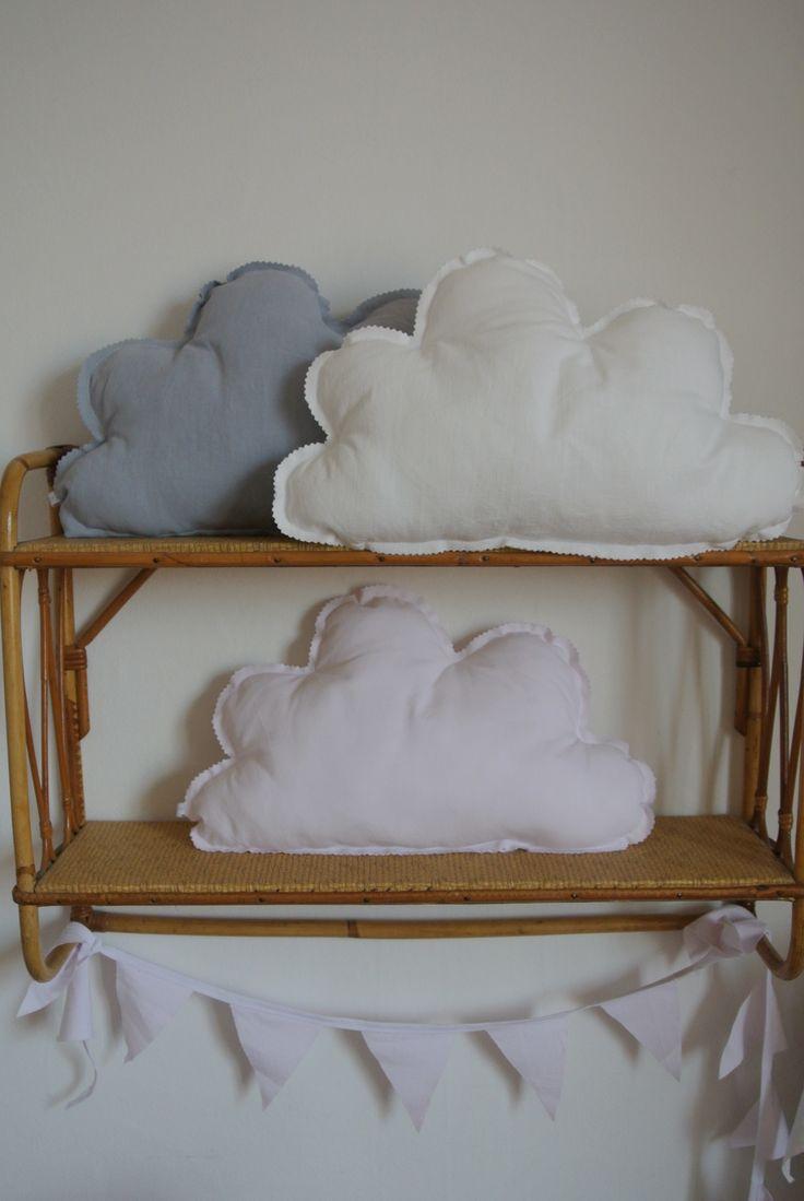 Coussin nuage blanc rose ou gris Dimensions 42 x 26cm Rembourrage en polyester anti-acariens Tissus anciens teints ou imprimés Prix : 25 €