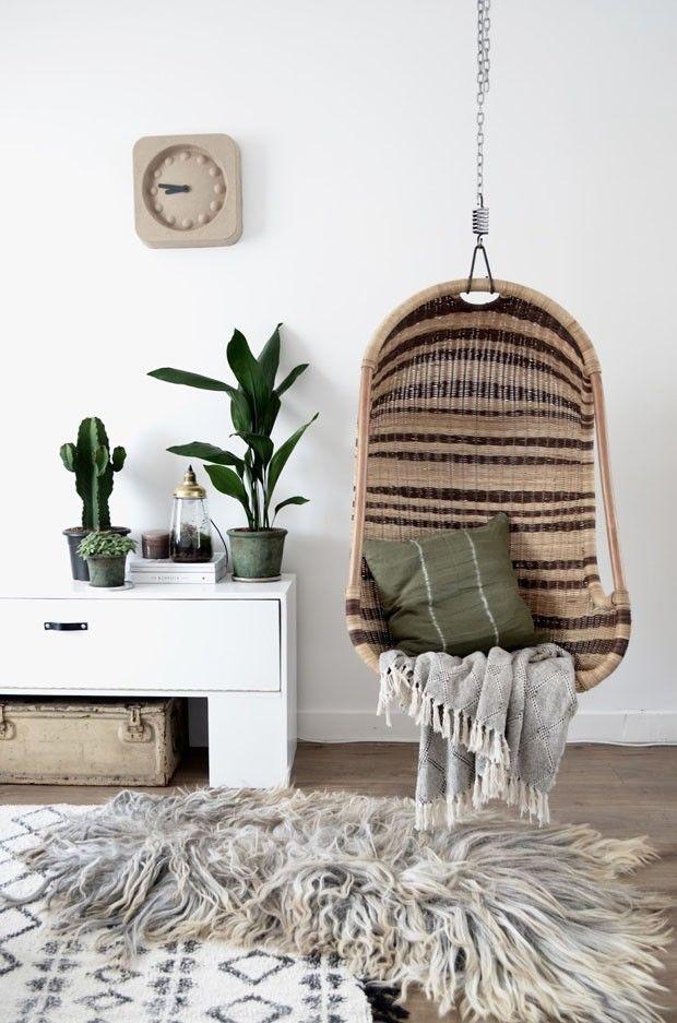 Décor do dia: cadeira de balanço traz aconchego ao estar