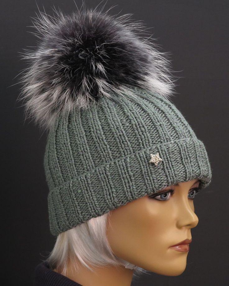 Dámská zimní čepice  v šedé barvě - ručně pletená z merino vlny zdobená luxusní kožešinovou bambulí Špongr.
