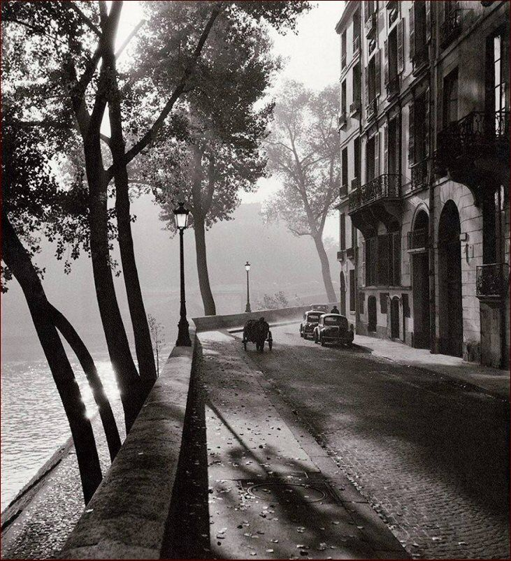 Le quai d'Anjou un matin d'automne 1958. Une photo de © Albert Monier (1915-1998) (Paris 4ème) More