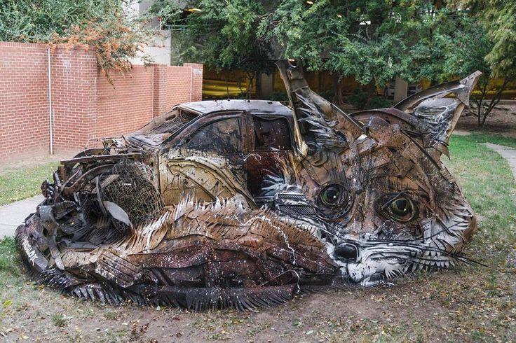 各地に点在する巨大な動物たち…作品の材料は?