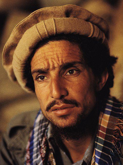 """Charismatique commandant Ahmad Shah Massoud, homme politique et militaire ayant combattu l'URSS et les Talibans. Surnommé """"le lion du Panshir"""". Assassiné le 9 sept. 2001 - Afghanistan. Il voulait être architecte, la guerre a fait de lui un combattant. Le soir, il composait des poèmes. -- By photograph Reza --- Ahmad Shah Massoud-Afghan Freedom Fighter. Murdered on Sept. 9th, 2001."""