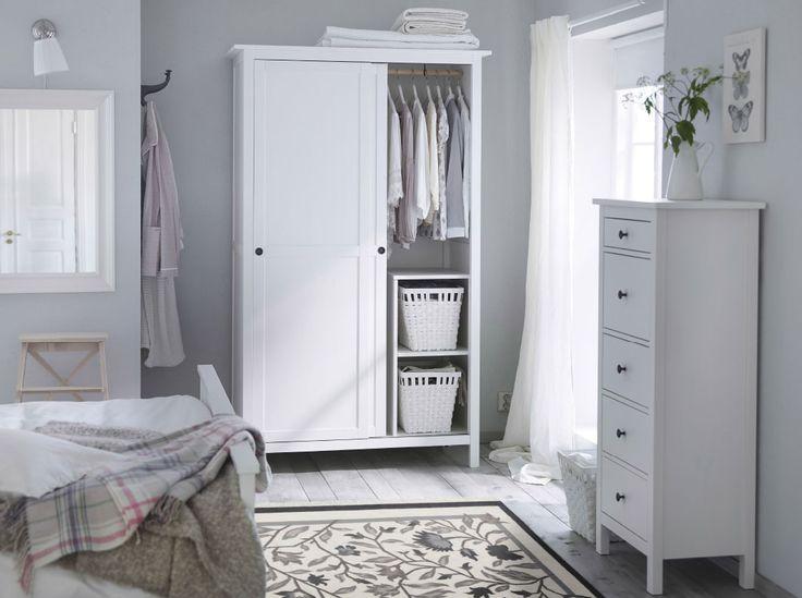 Ein Schlafzimmer in traditionellem Weiß u. a. mit HEMNES Kleiderschrank mit 2 Schiebetüren und HEMNES Kommode mit 5 Schubladen weiß gebeizt