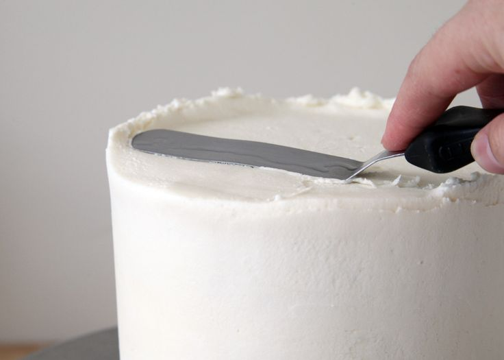 How to ice a cake professionally