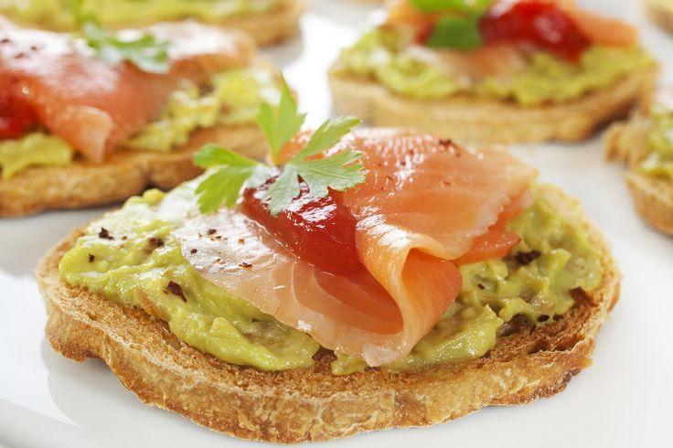 #Guacamole: salsa ottenuta dall'avocado schiacciato e aromatizzato con aglio e limone. Provatela insieme al #salmone affumicato, servita su crostini o pane caldo. #ricette #cucinedalmondo