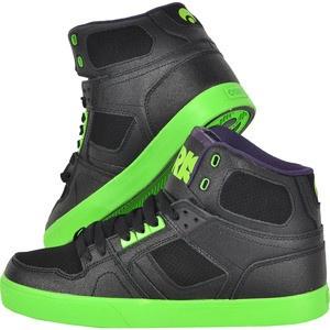 Uimeste-ti gasca cu stilul electric NYC! Alege o pereche de pantofi skate negri cu accente de verde fosforescent care te vor propulsa in centrul atentiei. Aceasta pereche este foarte moale la interior, este ridicata pe glezna pentru o mai buna sustinere si are perforatii in fata si laterale pentru respirabilitate. Talpa, tot verde fosforescent, este durabila, rezistenta la abraziune si previne alunecarea. Nu-i lasa sa scape!