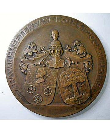 Penning ter gelegenheid van de zeventigste verjaardag van Sarah van Haeften-Van Eik, 1911. Vz: Linksgewend borstbeeld (door Toon Dupuis). Kz:  de familiewapens Van Haeften en Van Eik onder een helm met helmteken en -dek, met omschrift 'Sarah van Haeften-van Eik 1841 - 20 januari 1911' . Ontwerp keerzijde: GERRIT RIETVELD (1888-1964). Brons, gegoten, 92 mm.( Zw. 952)