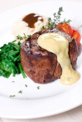 La salsa bernesa resalta perfecto el sabor del filete mignon.