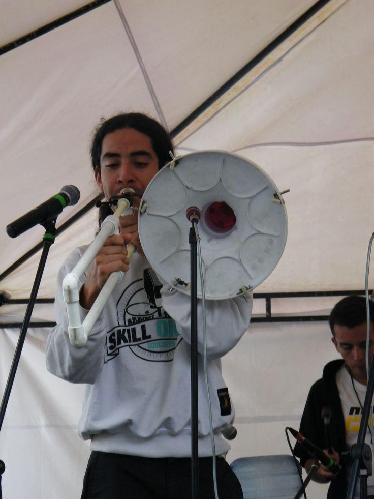 El Trombalapiñotubón, es un trombón cosntruido con la hélice de una lavadora, una copa de plástico, una pistola de agua y partes de bicicleta.