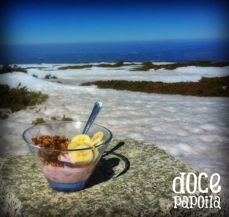 A chuva e o frio voltaram, mas os nossos pequenos-almoços ajudam a começar a semana. Granola de arandos, com iogurte de morango e pedaços de banana.  Experimentem!