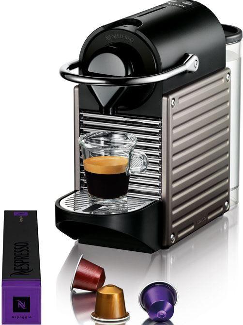 Nespresso Krups Pixie Titanium  Nespresso Krups Pixie Titanium: Nespresso kwaliteit voor scherpe prijs! De Nespresso Krups Pixie Titanium is zeer compact en heeft een strak uiterlijk waardoor deze qua design mooi zal staan in de keuken. De Nespresso machinevan Krups biedt je goede kwaliteit voor een zeer scherpe prijs! Het apparaat zet heerlijke koffie. Mede door het pompdruksysteem met 19 bar dat zorgt vooreen nog betere smaak. De XN3005 vangt zelf de capsules op als je klaar bent met…