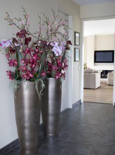 gaaf, zulke grote vazen in een hal. Witte orchideën zijn nog mooier!