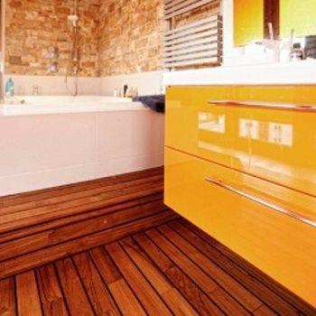 drewniane podłoga w łazience, deski teakowe, egzotyczne
