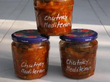 Das perfekte Chutney Mediteran-Rezept mit Bild und einfacher Schritt-für-Schritt-Anleitung: Paprika und Zucchini  in kleine Würfel schneiden. Zwiebeln und…