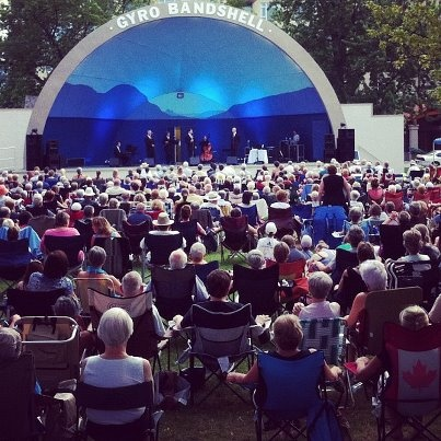 Outdoor concerts in Penticton's Gyro Park, photo and mural by Endrené Shepherd.