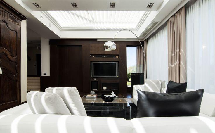 Tra classico e moderno #DORIArchitetti #divano #lampadaarco #bianco #lucernario #luce #legno #tv #soggiorno #living #tende