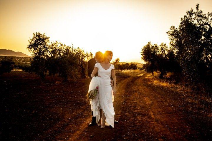 La puesta de sol inunda esta foto de @fjlagar_fotografia 📷 un especialista en el uso de la luz. Es fotógrafo Ama por lo que te llevas un regalito por contratarle. Más fotos e información en su perfil en nuestra web #fotosdeboda #atardecer #fotografiadeboda #fotos #bodas2020 #bodas2021 #siquiero #bodasexclusivas #bodasextremadura #bodascaceres #bodasbadajoz #bodasespaña