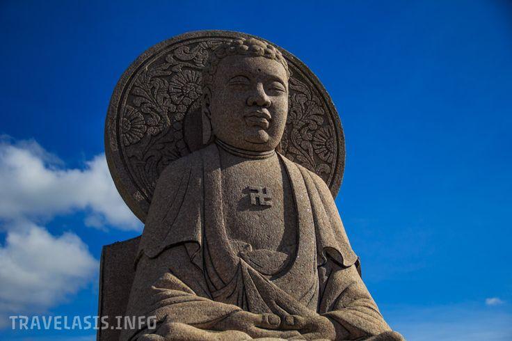 Статуя медитирующего Будды, китайский храм Wat Yan в Паттайе