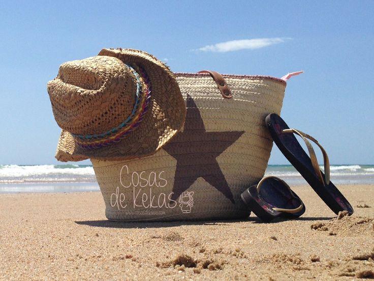 Capazos de playa con asas de cuero beige, en los tamaños M y L. Elige tu diseño y combinación de colores favorita, los capazos de mimbre pintados a mano son perfectos para tus días de playa y quedan genial también como bolso. Se puede personalizar al 100% eligiendo color, diseño o mensaje. Precio: 20€