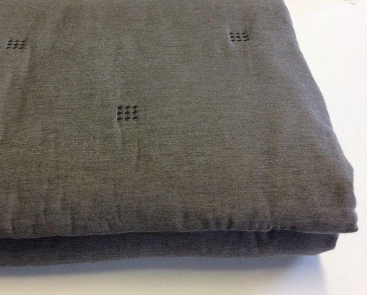 Copriletto matrimoniale cm.230x250 imbottito. Cotone colore grigio con impunture grigio scuro.