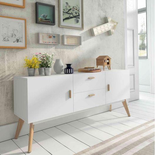 Buffet branco com pés e puxadores de madeira. #buffet #móvel #furniture