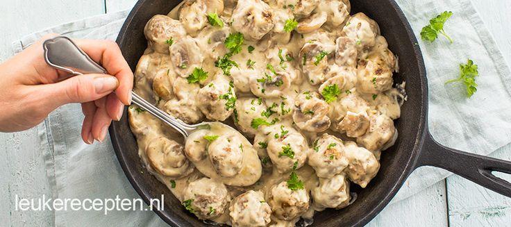 Deze gekruide gehaktballetjes worden in een heerlijke zelfgemaakte roomsaus met champignons geserveerd. Lekker bij rijst of pasta!