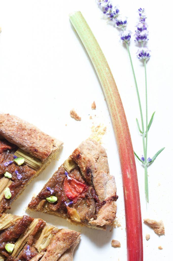 Une tarte rustique végétalienne pour célébrer la Saint-Jean & le solstice d'été : rhubarbe, fraise & lavande sont à l'honneur.