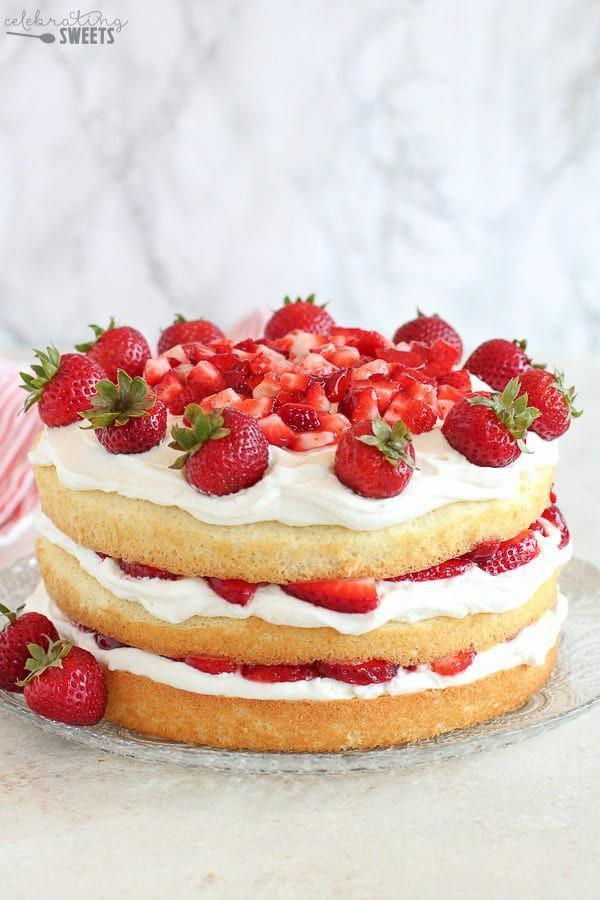 Schichten von flauschigen Vanillekuchen mit Schlagsahne Zuckerguss und saftigem Stroh gefüllt …