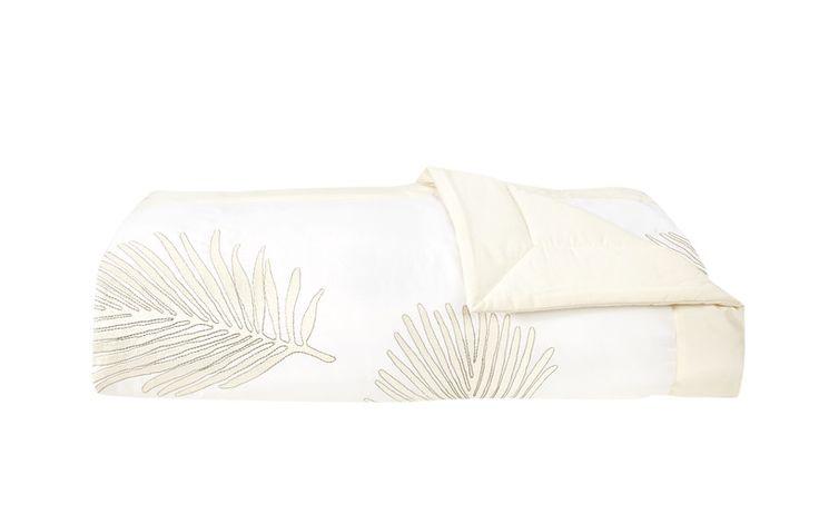 Un dessus de lit matelassé avec des palmes majestueuses ! Modèle Palmbay, dessus de lit matelassé en satin, collection printemps/été 2017. #chambre #lingedelit #~dessusdelit #satin #palme #palmier