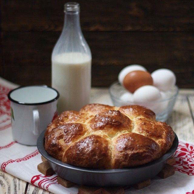 """Я не мечтаю жить рядом с пекарней. В детстве я рядом с ней и жила. Правда, называлась она не так романтично и литературно. Хлебзавод. Это был хлебзавод. Но пахло там как во французской булочной из девчачьих книжек про """"ваниль"""" и """"кружева"""". И хлеб продавался всегда горячий и на любой вкус. Разве что багетов и круассанов не было в ассортименте. Мама после работы забирала меня из сада и мы шли на хлебзавод за хлебом. Иногда мне удавалось выклянчить для себя обсыпной рогалик. Но чаще приходилось…"""