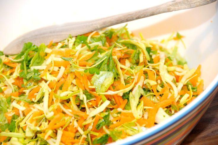 Simpel og nem opskrift på råkost med spidskål og gulerødder, der er en lækker råkostsalat, der også vendes med frisk persille. Råkost med spidskål er en fremragende råkostsalat, der passer til de f…
