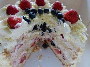 De taart is gevuld met aardbeienroom en vers fruit! Lekker romig en fris fruitig tegelijk!