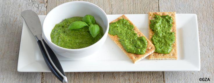 Eenvoudig recept voor het maken van koemelkvrije en lactosevrije pesto. Lekker op een toastje bij de borrel of door een pasta maaltijd!