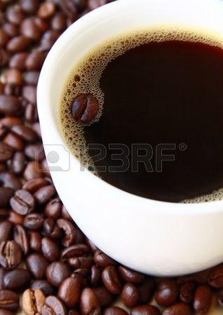 tazza di caffè nero e chicchi di caffè Archivio Fotografico
