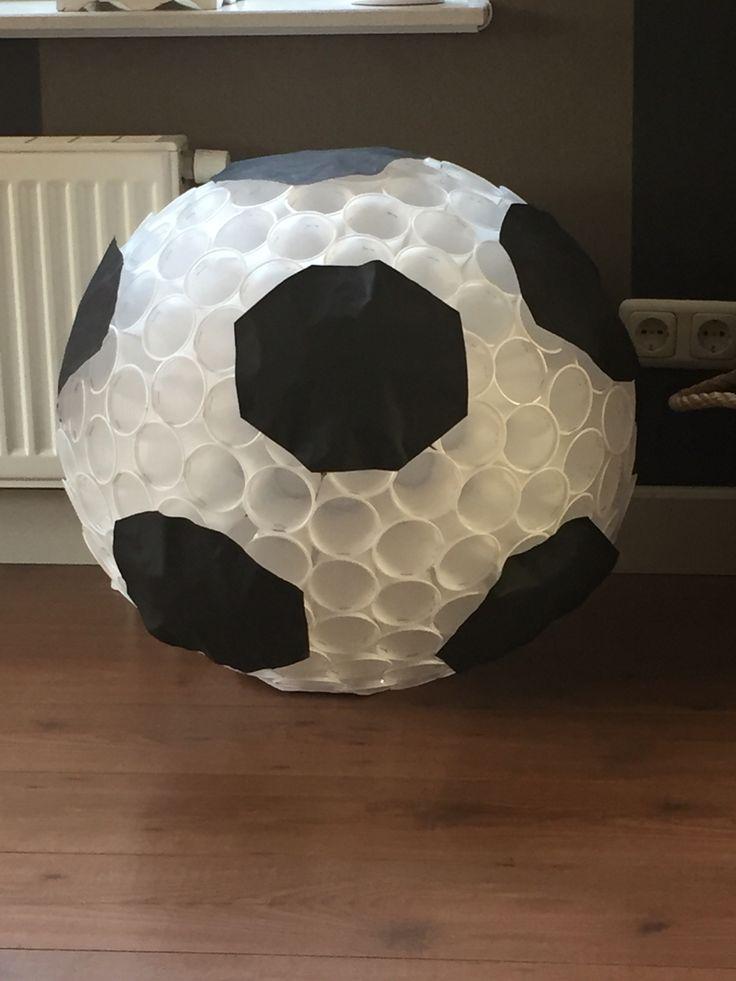 Voetbal van plastic bekers