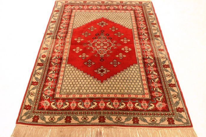 Prachtig old oosters tapijt werk door Berbernomaden rond 1980 122 x 185 cm gemaakt in Marokko  Aangeboden wordt een met de hand geknoopt Perzisch oosters tapijt. Deze tapijten zijn gemaakt in regio's beroemd om het knopen. Kijkt u alstublieft naar het tapijt met geduld en aandacht. Van elk handgemaakt tapijt zijn het ontwerp de schoonheid en kleurenharmonie uniek en daarom een kunstwerk op zichzelf. Berberprovincie Gemaakt in Marokko Beste nieuwe wol rond 1980 Afmetingen van het tapijt: 122…
