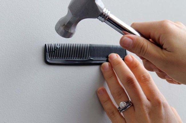 No hagas daño a sus pulgares al martillar clavos en la pared.  Mantenerlos en su lugar con un peine.