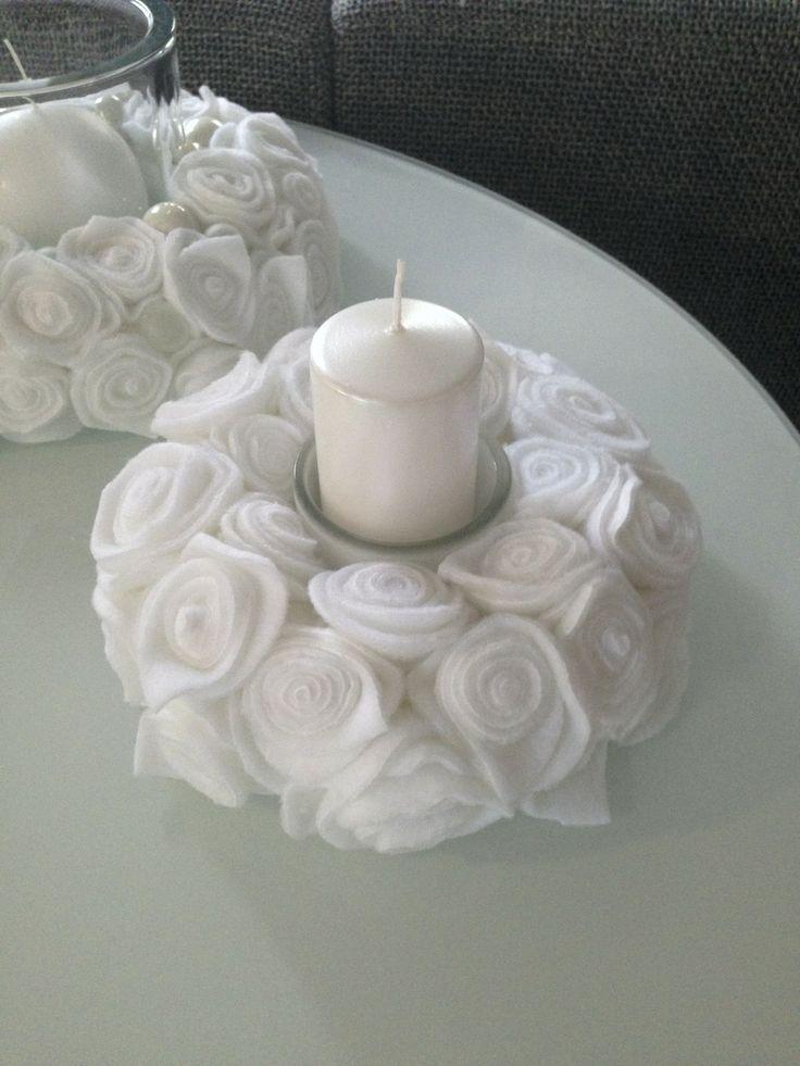 Svícen Malý V Růžích Adventní (či svatební ?) dekorace zhotovená z flísových růží - průměr 18 cm. Uprostřed skleněná nádobka se svíčkou. Věnec lze od skleněné nádoby lehce oddělit a použít samostatně.