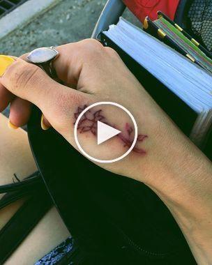 Tatouage à la main petite fleur d'encre rouge   – Hand Tattoos